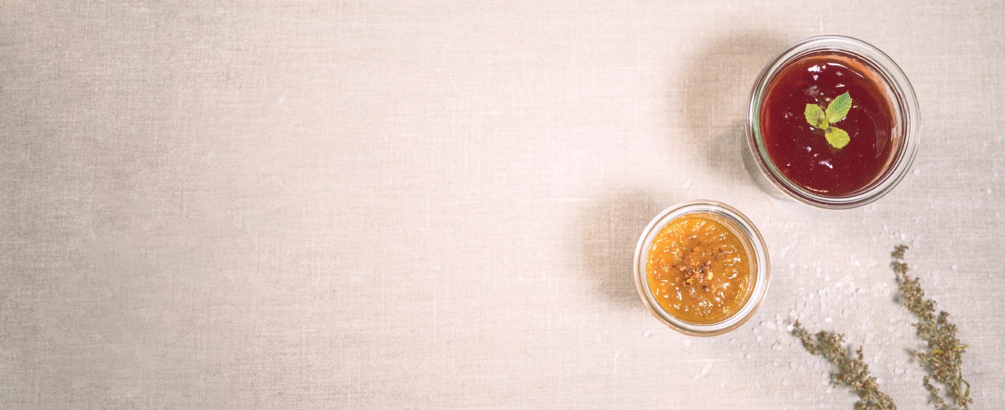 naschglas mit erdbeermarmelade und chutney